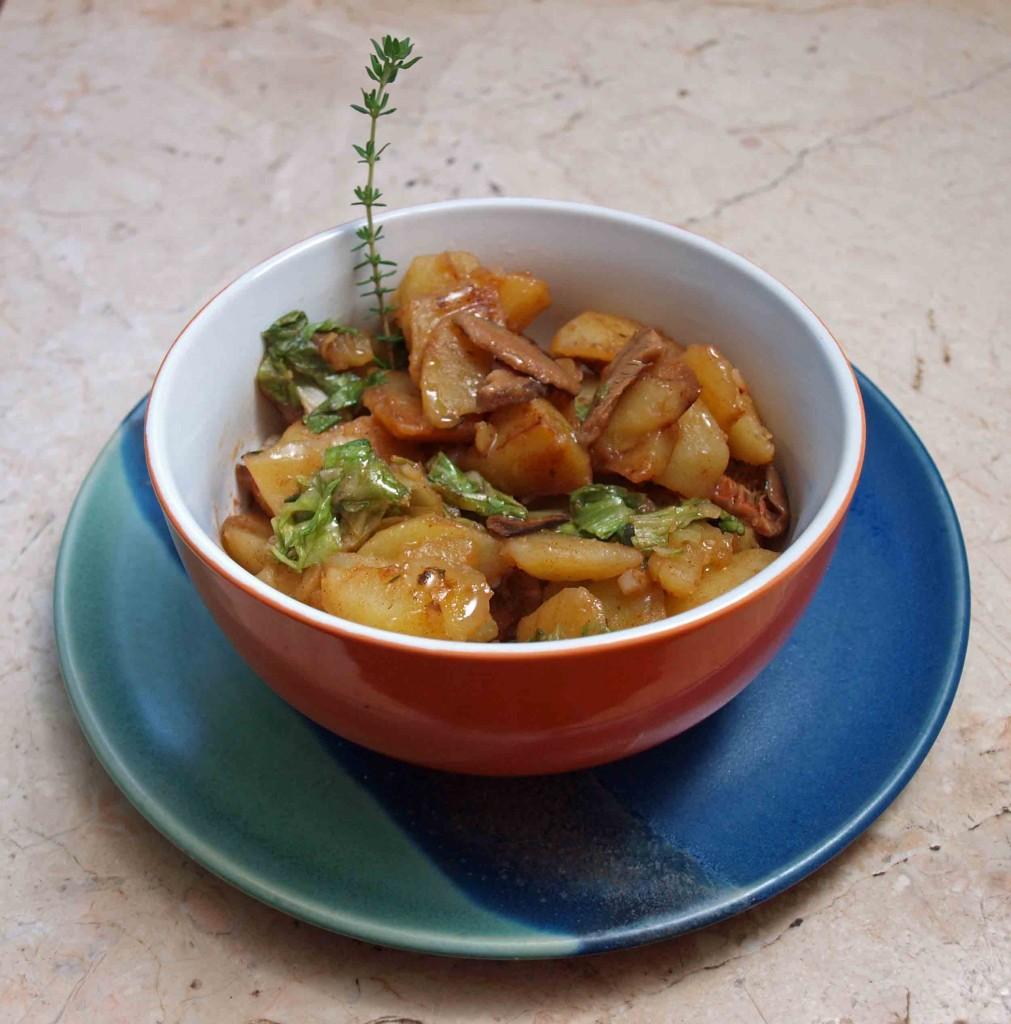 Pilz-Kartoffeln mit grünem Salat auf deftige Art mit dezenter Thymian-Note vegan kochen
