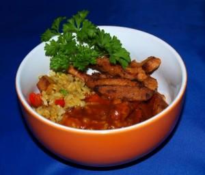 Geschnetzeltes (vegan) mit Curry-Reis und süß-saurer Soße kochen