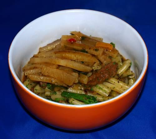 Nudeln mit Brokkoli-Kohlrabi-Gemüse und Geschnetzelten vegan kochen